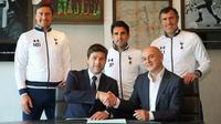 Manajer Mauricio Pochettino (bawah/kiri) memperpanjang durasi kontrak di Tottenham Hotspur hingga 2021. (dok. Tottenham Hotspur)