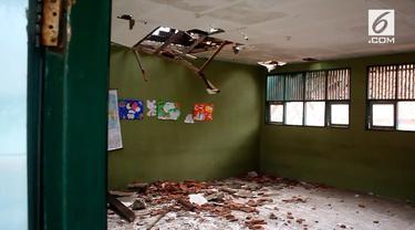 Dua ruang kelas di Cirebon ambuk setelah diterjang angin kencang dan hujan deras.