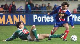 Marco Simone. Eks striker yang kini berusia 52 tahun dan membesut tim Ligue 2, Chateauroux ini selama 2 musim memperkuat PSG yaitu musim 1997/1998 dan 1998/1999. Total ia tampil dalam 78 laga dengan mencetak 32 gol. Ia pensiun sebagai pemain pada 2005. (Foto: AFP/Pascal Pavani)