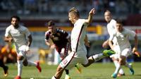 Francesco Totti mencetak gol melalui titik penalti ke gawang Torino, pada laga lanjutan Serie A 2016-2017, di Stadio Olimpico, Turin, Minggu (25/9/2016). Sayang, gol tersebut tak bisa menyelamatkan AS Roma dari kekalahan dengan skor 1-3.  (AFP/Marco Berto