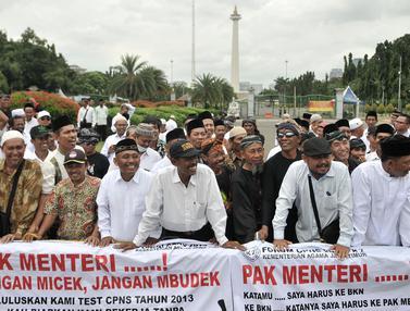 Aksi Menuntut SK PNS di Depan Istana