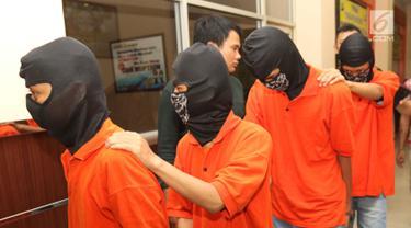Tersangka kasus bentrok suporter Persija Jakarta dengan PSM Makassar dihadirkan saat rilis di Polres Jakarta Selatan, Jumat (9/8/2019). Polres Metro Jakarta Selatan mengamankan delapan tersangka terkait kejadian tersebut. (Liputan6.com/Faizal Fanani)