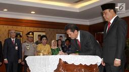 Mantan MenPAN RB Asman Abnur menandatangani sertijab kepada MenPAN RB yang baru Komjend Pol Syafruddin di Kantor Kementerian PANRB, Jakarta, Rabu (15/8). (Liputan6.com/Fery Pradolo)