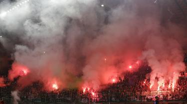 Suporter PSS Sleman menyalakan flare saat melawan Semen Padang pada laga Liga 2 di Stadion Pakansari, Jawa Barat, Selasa (4/12). PSS menang 2-0 atas Semen Padang. (Bola.com/M. Iqbal Ichsan)