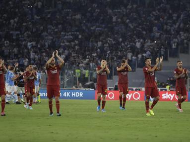 Pemain AS Roma bertepuk tangan menyapa suporter usai pertandingan melawan Lazio pada pertandingan Serie A Liga Italia di stadion Olimpico (1/9/2019). Lazio dan Roma bermain imbang 1-1. (AP Photo/Alessandra Tarantino)