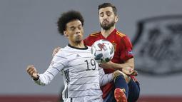 Pemain Jerman, Leroy Sane, berebut bola dengan pemain Spanyol, Luis Gaya, pada laga UEFA Nations League di di Estadio Olimpico de Sevilla, Rabu (18/11/2020). Spanyol menang dengan skor 6-0. (AP/Miguel Morenatti)