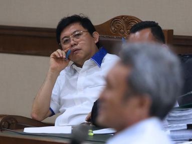 Terdakwa dugaan menghalangi proses penyidikan KPK, Lucas menyimak keterangan saksi Eddy Sindoro pada sidang lanjutan di Pengadilan Tipikor, Jakarta, Kamis (17/1). Sidang mendengar keterangan dua orang saksi. (Liputan6.com/Helmi Fithriansyah)