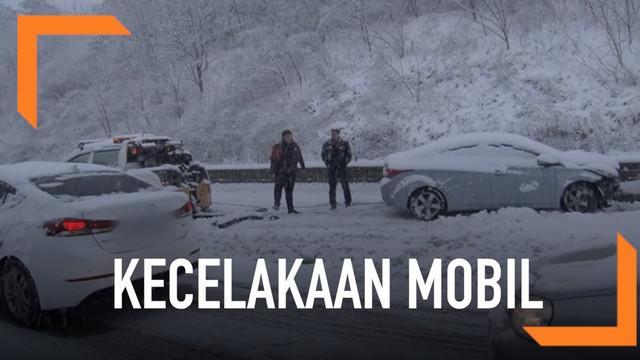 Salju lebat yang melanda wilayah Timur dan Selatan di Korsel, menyebabkan belasan mobil mengalami kecelakaan. Sedikitnya, 5 orang terluka karena insiden ini.