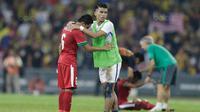 Pemain Malaysia berusaha menenangkan kapten Indonesia, Evan Dimas usai takluk dari Malaysia pada laga semifinal Sea Games 2017 di Stadion Shah Alam, Selangor, Sabtu (26/8/2017). Malaysia menang 1-0 atas Indonesia. (Bola.com/Vitalis Yogi Trisna)