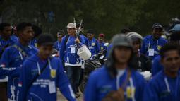 Peserta bersiap mengikuti kompetisi memancing di pantai Banda Aceh (24/11/2019). Banda Aceh Fishing Tournament 2019 dipusatkan di sepanjang jalan tepi laut di kawasan Ulee Lheue dan Gampong Jawa, Banda Aceh, Minggu.  (AFP Photo/Chaideer Mahyuddin)