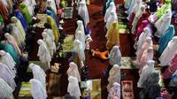 Jamaah muslimah melaksanakan salat tarawih pertama Ramadan 1438 di Masjid Istiqlal, Jakarta, Jumat (26/5). Pemerintah menetapkan 1 Ramadan 1438 Hijriah jatuh pada hari Sabtu 27 Mei 2017. (Liputan6.com/Johan Tallo)