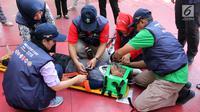Tenaga medis melakukan simulasi penanganan cedera pada atlet Asian Games 2018 di Kantor Kemenkes, Jakarta, Rabu (4/4). Kemenkes berharap, adanya simulasi ini para tenaga kesehatan dapat bekerja profesional dan optimal. (Liputan6.com/Arya Manggala)
