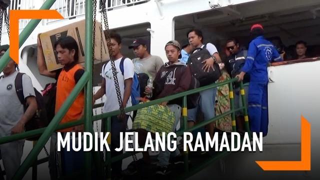 Ribuan penumpang tiba di Pelabuhan Nusantara. Sebagian besar adalah para perantau yang mengadu nasib di Malaysia dan Kalimantan. Mereka pulang untuk sambut puasa di kampung halaman.