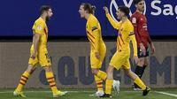 Bek Barcelona, Jordi Alba (kiri) berselebrasi dengan rekan-rekannya usai mencetak gol ke gawang Osasuna pada pertandingan lanjutan La Liga Spanyol di stadion El Sadar di Pamplona, Spanyol, Minggu (7/3/2021). Barcelona menang atas Osasuna 2-0. (AP Photo/Alvaro Barrientos)