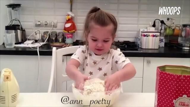 Meski masih sangat kecil, Olenka sudah mahir menggunakan pisau.