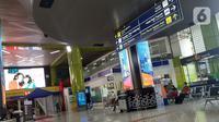 Calon penumpang KA duduk di ruang tunggu keberangkatan Stasiun Gambir, Jakarta, Jumat (27/3/2020). PT Kereta Api Indonesia (Persero) membatalkan sejumlah jadwal perjalanan menyusul meluasnya penyebaran virus corona, pembatalan itu dilakukan mulai 26 Maret 2020. (Liputan6.com/Helmi Fithriansyah)