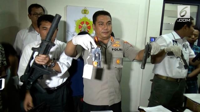 Polres Metro Jakarta timur menangkap 2 buronan bandar narkoba. saat penangkapan polisi menyita puluhan senjata Airsoft Gun.