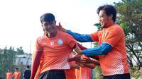 Hamka Hamzah mendapat tugas membuat pemain lain lebih nyaman di Arema. (Bola.com/Iwan Setiawan)