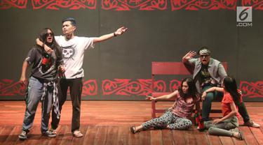 Pemain NHKBP Kebayoran Baru tampil dalam pentas teater bertajuk 'Poda' di Usmar Ismail Hall, Jakarta, Sabtu (2/9). Teater Poda menceritakan hubungan anak dan orangtua sebagai cinta paling dasar dalam kehidupan manusia. (Liputan6.com/Immanuel Antonius)