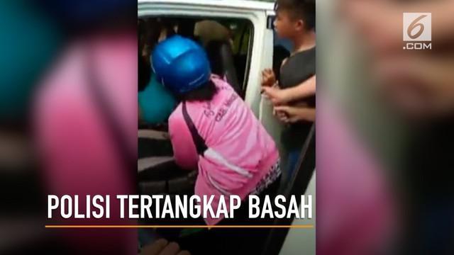 Oknum polisi dipergoki istri bersama wanita lain. Kejadian ini memancing perhatian masyarakat dan Kapolres Minahasa Selatan.