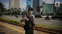 Anggota kepolisian berpatroli keamanan di kawasan Bundaran HI, Jakarta, Rabu (8/4/2020). Tujuannya untuk mengingatkan warga agar mematuhi PSBB dengan tidak keluar rumah tanpa urusan mendesak dan menghindari kerumunan. (Liputan6.com/Faizal Fanani)