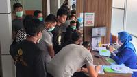 Para pemain Barito Putera mengisi formulir sebelum menjalani pemeriksaan kesehatan di RS Sari Mulia Banjarmasin. (Ist)
