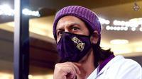 Shah Rukh Khan mencuri perhatian saat menonton IPL di Dubai, Uni Emirat Arab. Ia tampil dengan rambut panjang (Dok.Instagram/@kkriders/https://www.instagram.com/p/CFxP8khl5p9/Komarudin)