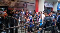 Aremania saat memasuki Stadion Kanjuruhan, Kabupaten Malang, jelang laga leg kedua final Piala Presiden 2019, Jumat (12/4/2019). (Bola.com/Muhammad Adiyaksa)