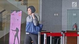 Mantan Manager Administrasi & Finance Connaught International Pte. Ltd. Sallyawati Rahardja usai menjalani pemeriksaan di gedung KPK, Jumat (2/8/2019). Sallyawati diperiksa dalam kasus dugaan suap pengadaan mesin dan pesawat di PT Garuda Indonesia (Persero) Tbk. (Liputan6.com/Herman Zakharia)