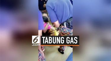 Petugas pemadam kebakaran menyelamatkan anak kecil yang kakinya tersangkut di sebuah tabung gas. Proses penyelamatan berlangsung selama 15 menit.