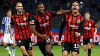 Penyerang Eintracht Frankfurt, Andre Silva, merayakan gol yang dicetaknya ke gawang Hertha Berlin pada laga lanjutan Liga Jerman di Olympiastadion, Sabtu (26/9/2020) dini hari WIB. Frankfurt menang 3-1 atas Hertha Berlin. (AFP/Odd Andersen)