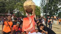 Jakmania Siapkan Trofi Raksasa untuk Persija Jakarta di final Piala Presiden 2018 di Stadion Gelora Bung Karno, Senayan, Jakarta, Sabtu (17/2/2018). (Liputan6.com/Muhammad Adiyaksa)