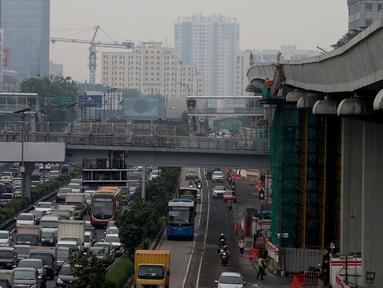 Kendaraan melintas di bawah proyek pembangunan kereta ringan atau Light Rail Transit (LRT) rute Cawang-Dukuh Atas di kawasan Gatot Subroto, Jakarta, Kamis (18/1). (Liputan6.com/JohanTallo)