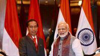 Presiden Jokowi dan PM India Narendra Modi berjabat tangan seusai pertemuan bilateral dengan PM India Narendra Modi di New Delhi, Kamis (25/1). Pertemuan didampingi menteri masing-masing itu berlangsung tertutup. (Liputan6.com/Pool/Biro Pers Setpres)