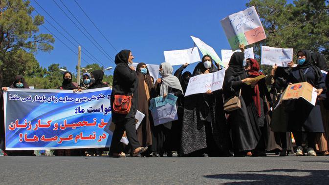 Aksi sekelompok wanita saat berunjuk rasa di Herat, Afghanistan, Kamis (2/9/2021). Dalam aksi protes yang jarang terjadi ini mereka mengaku siap menerima aturan burqa asal putri mereka tetap bisa bersekolah. (AFP Photo)