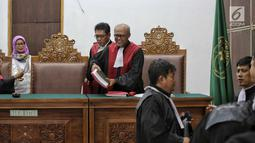 Hakim Ketua Achmad Guntur tersenyum usai sidang putusan kasus kepemilikan senjata api ilegal dan satwa liar terdakwa Gatot Brajamusti di PN Jakarta Selatan, Kamis (12/7). Dalam sidang tersebut Gatot Brajamusti tidak hadir. (Liputan6.com/Faizal Fanani)