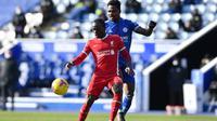 Penyerang Liverpool, Sadio Mane, mendapatkan pengawalan ketat dari gelandang Leicester City, Wilfred Ndidi, dalam laga lanjutan Premier League 2020/2021 di King Power Stadium. (AFP/Paul Ellis)