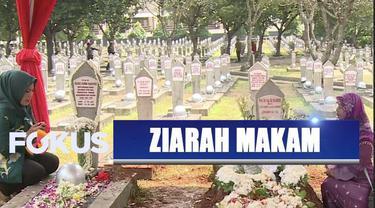 Banyak masyarakat dari dalam maupun luar kota berziarah ke makam almarhum BJ Habibie.