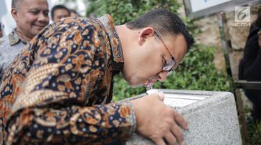 Gubernur DKI Jakarta, Anies Baswedan mencoba meminum air kran saat peresmian Air Siap Minum di Stasiun MRT Dukuh Atas, Jakarta, Selasa (30/4/2019). Fasilitas air siap minum itu diharapkan memberi rasa kenyamanan bagi setiap masyarakat yang memerlukan kebutuhan air minum. (Liputan6.com/Faizal Fanani)