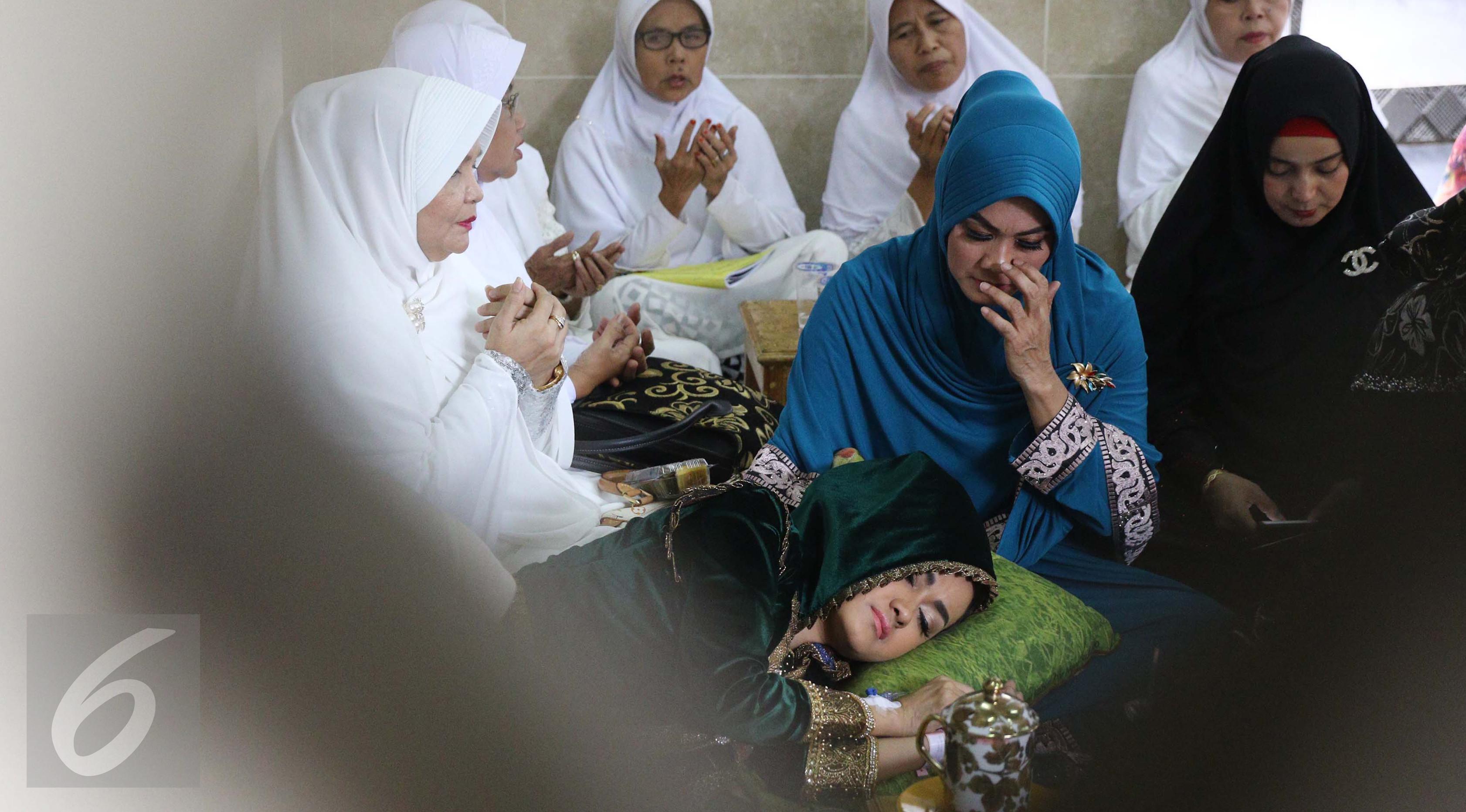Julia Perez tidur di pangkuang sang ibu, Sri Wulansih. (Herman Zakharia/Liputan6.com)