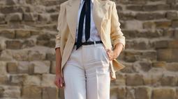 Ibu Negara AS Melania Trump saat berkunjung ke situs bersejarah Piramida Giza dekat Kairo, Mesir (6/10). Melania tampil mengenakan busana safari klasik dengan blazer warna krem di atas kemeja putih, dasi hitam, dan celana krem. (AP Photo/Carolyn Kaster)