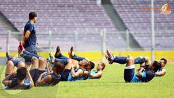 Di bawah arahan Asisten pelatih Osvaldo Lesa, para pemain Timnas Indonesia melatih kekuatan otot perut saat sesi latihan akhir jelang keberangkatan ke Korea Utara dan Cina (Liputan6.com/ Helmi Fithriansyah)