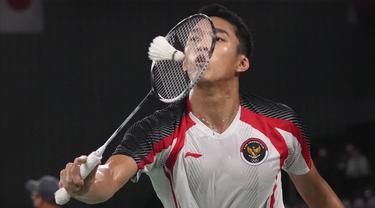 Jonatan Christie bertemu dengan wakil Singapura, Loh Kean Yew pada pertandingan kedua di Grup G nomor tunggal putra Olimpiade Tokyo 2020. Jojo (panggilan Jonatan Christie) diunggulkan dalam pertandingan tersebut karena tercatat menangkan semua laga dari tiga kali pertemuan. (Foto: AP/Dita Alangkara)