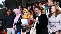 Fairuz A Rafiq didampingi suami Sonny Septian dan pengacara Hotman Paris saat memberikan keterangan pers di Polda Metro Jaya, Jakarta Selatan, Senin (1/7/2019). Fairuz melaporkan Galih Ginanjar dengan pasal pencemaran nama baik yang membongkar masa lalu pernikahan mereka. (Fimela.com/Deki Prayoga)