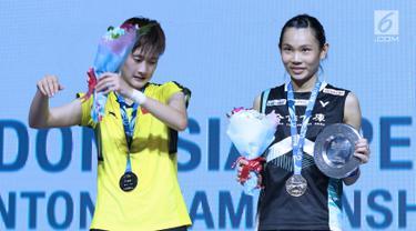Tunggal putri Taiwan, Tai Tzu Ying (kanan) bersama pebulu tangkis China, Chen Yufei usai Final Indonesia Open 2018 di Istora GBK, Jakarta, Minggu (8/7). Tai Tzu Ying menang 21-23 21-15 21-9. (Liputan6.com/Helmi Fithriansyah)