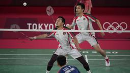 Pada gim pertama, kedua pasangan saling ciptakan skor. Ahsan/Hendra sempat memimpin tetapi Lee/Wang mampu balikkan keadaan dan tutup interval gim pertama dengan angka 11-8. (Foto: AP/Dita Alangkara)