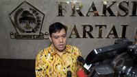 Dave Laksono anggota Partai Golkar dari kubu Munas Ancol memberikan keterangan kepada awak media terkait kisruh perebutan ruang fraksi di kantor fraksi P.Golkar, Komplek Parlemen, Senayan, Jakarta, Jum'at (27/3/2015). (Liputan6.com/Andrian M Tunay)