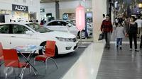 Pengunjung melihat produk mobil pada pameran kendaraan di salah satu pusat perbelanjaan di Bandung, Sabtu (27/6). Bank Indonesia (BI) telah menerbitkan aturan pelonggaran uang muka/DP untuk kredit kepemilikan kendaraan bermotor (Liputan6.com/Helmi Afandi)