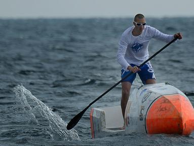 Nicolas Jarossay saat berlatih dengan papan selancar dayung atau Stand Up Paddel (SUP) di perairan lepas Martigues, Perancis, Selasa (15/3). Jarossay berencana akan melakukan aksi nekat dengan menyeberangi Samudera Atlantik. (AFP/BORIS HORVAT)