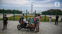 Warga saat berada di kawasan Monumen Nasional atau Monas di Jakarta, Jumat (1/1/2021).  masuk Monas, Jakarta Pusat, Jumat, 25 Desember 2020. Sejumlah tempat wisata dan taman terbuka yang dikelola Pemprov DKI ditutup selama hari Natal dan Tahun Baru. (Liputan6.com/Faizal Fanani)